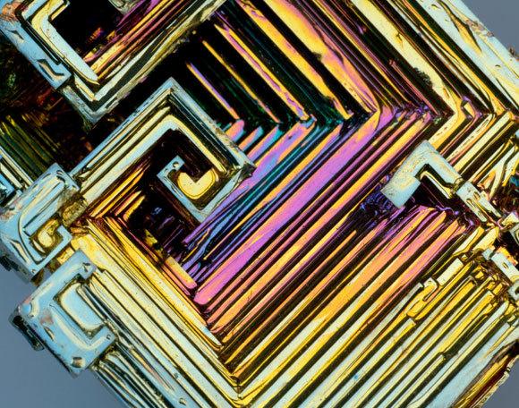 רדיואקטיבי וקיים באופן טבעי בכדור הארץ מאז היווצרותו. גביש ביסמוט | צילום: Lawrence Lawry / Science Photo Library
