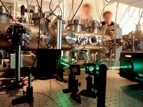 ניסוי בשזירה קוונטית של פוטונים באוניברסיטת וינה | צילום: VOLKER STEGER / SCIENCE PHOTO LIBRARY
