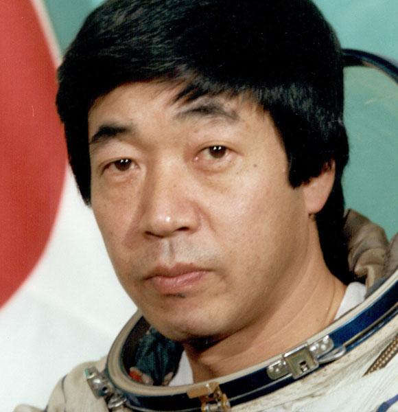30 מיליון דולר לשבוע של שידורים מתחנת החלל מיר. כתב הטלוויזיה טויוהירו אקייאמה | מקור: ויקיפדיה, נחלת הכלל