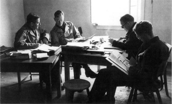 כיתוב ALSOS: לאסוף מידע גרעיני. חאודסמיט (משמאל) עם כמה ממדעני אלסוס ב-1944 | מקור: צבא ארצות הברית, נחלת הכלל
