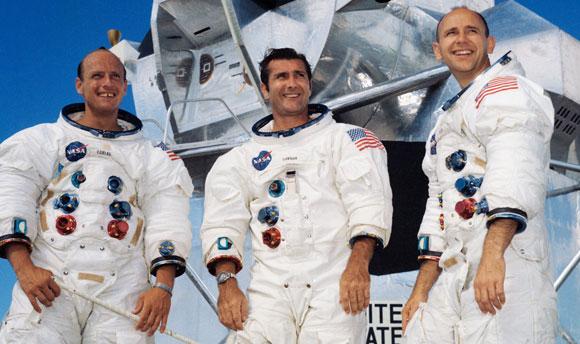 חברים טובים בעבודה, באימונים ובחיים הפרטיים. מימין: בין, גורדון וקונרד על מתקן אימונים של רכב הירח | צילום: NASA