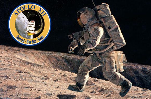 ספינת מפרש סביב הירח. תג המשימה של אפולו 12, על רקע ציור של אלן בין | מקור: NASA, The Alan Bean Gallery