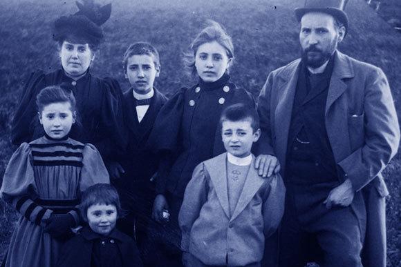 רמון אי קחל ורעייתו סילבריה עם חמשת ילדיהם בסביבות 1895 | מקור: מכון קחל, CSIC, ויקיפדיה, נחלת הכלל