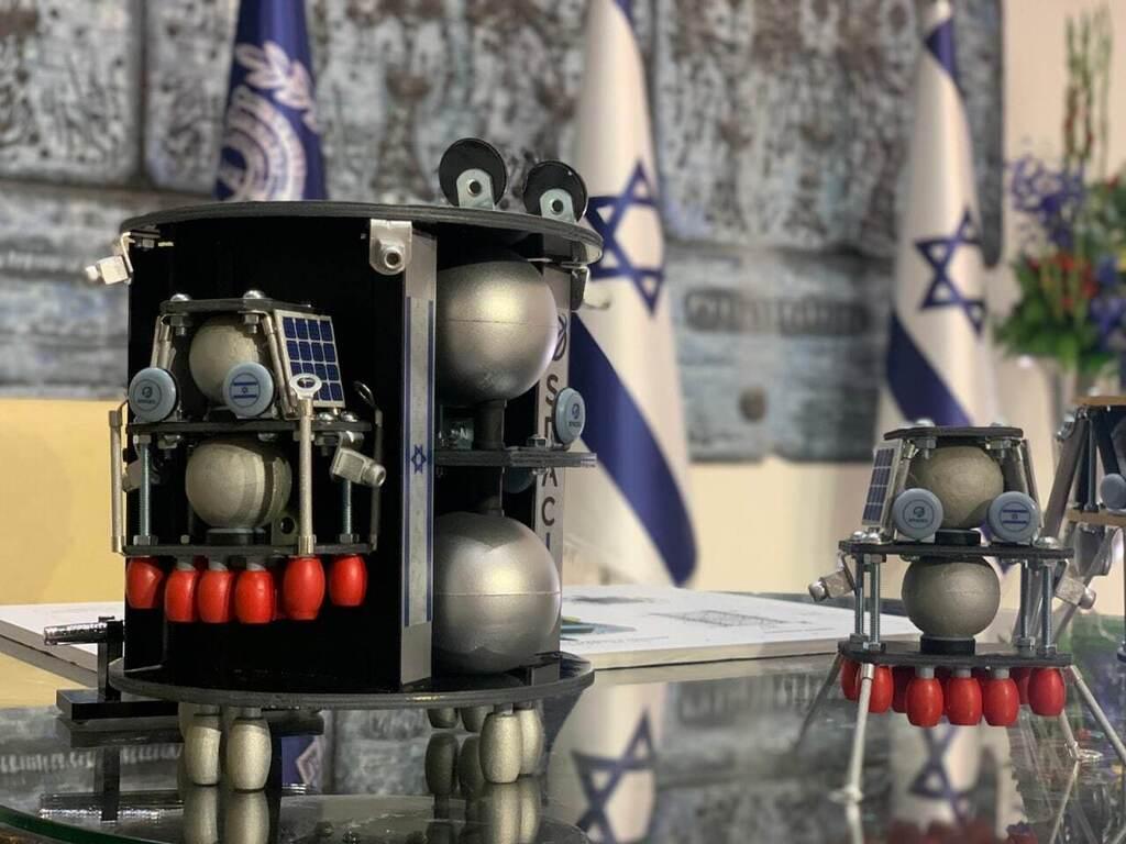 תכנון ראשוני. דגם של בראשית-2 שהוצג בטקס בבית הנשיא. משמאל: הלוויין ובתוכו אחת הנחתות, מימין: הנחתת בחוץ עם רגלי נחיתה פתוחות