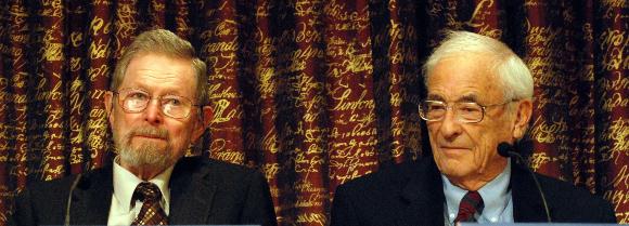 שעה של סיעור מוחות ששינתה את העולם. בויל (מימין) וסמית' ב-2009   צילום: Prolineserver, Wikipedia