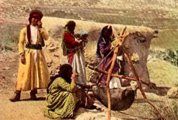 Beduinen bei der Butterherstellung 1914 im Lande Israel (eingefärbtes Foto) | gemeinfrei