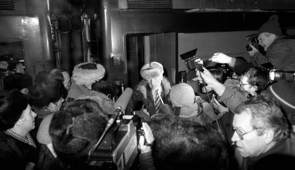 ניצחון למאבק. סחרוב נושא דברים במסיבת עיתונאים מאולתרת ברדתו מהרכבת במוסקבה עם שובו מהגלות | צילום: SPUTNIK / SCIENCE PHOTO LIBRARY