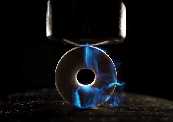 סוכריה פולטת אור בעקבות מכת פטיש | צילום: TED KINSMAN / SCIENCE PHOTO LIBRARY