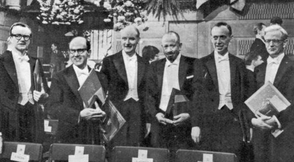 בטקס הענקת פרסי נובל 1962 עם מקס פרוץ (שני משמאל). עוד בתמונה, הכימאי ג'ון קנדרו וחתן הפרס בספרות, ג'ון סטיינבק (רביעי משמאל) | מקור: NYPL / SCIENCE SOURCE / SCIENCE PHOTO LIBRARY