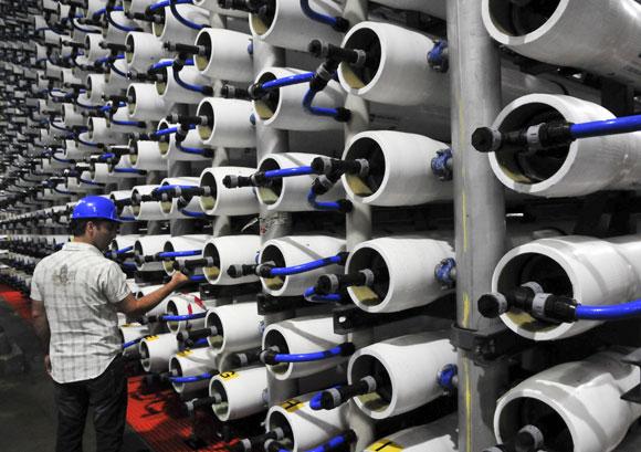 אנרגיה רבה. מערך האוסמוזה ההפוכה במתקן התפלת המים בחדרה | צילום: Science Photo Library
