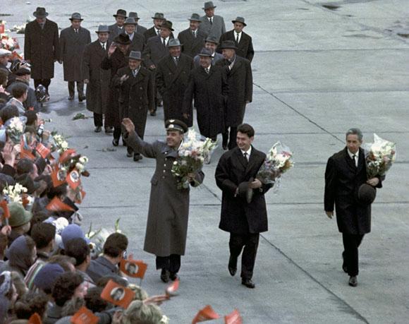 אזרחים בחלל. פאוקטיסוב (מימין) יגורוב וקומרוב במצעד נצחון לאחר משימת ווסחוד-1 | צילום: Science Photo Library