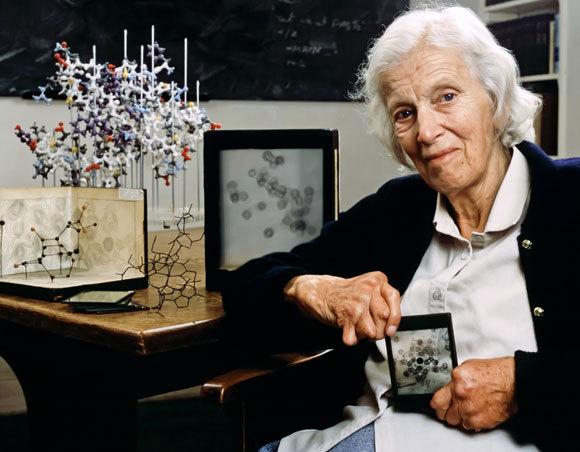 הודג'קין עם דגמים של חלק מהמולקולות שאת המבנה שלהן היא פענחה | צילום: CORBIN O'GRADY STUDIO / SCIENCE PHOTO LIBRARY