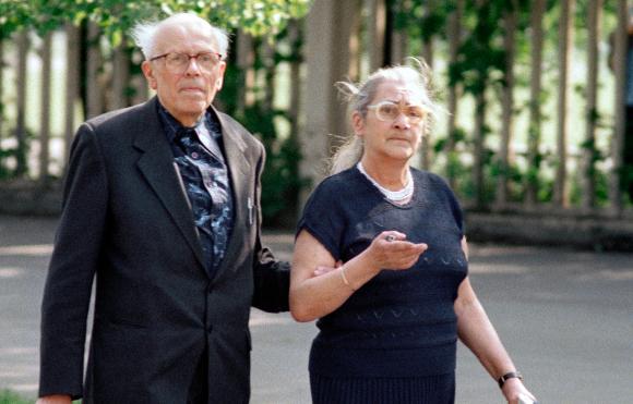 אהבה סביב פעילות למען זכויות האדם. סחרוב ורעייתו השנייה, ילנה בונר, במוסקבה | צילום: SPUTNIK / SCIENCE PHOTO LIBRARY
