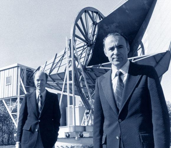 כמו זוג יונים. וילסון (מאחור) ופנזיאס על רקע האנטנה שגילתה את קרינת הרקע הקוסמית | מקור: Science Photo Library