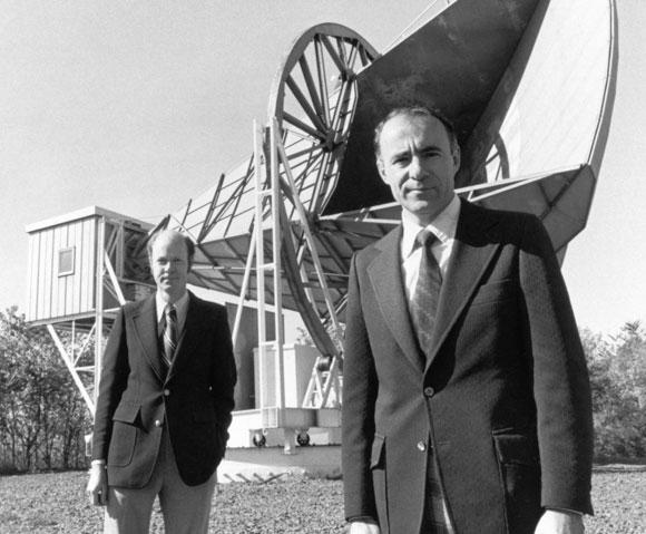 פנזיאס ווילסון ליד טלסקופ הרדיו של בל
