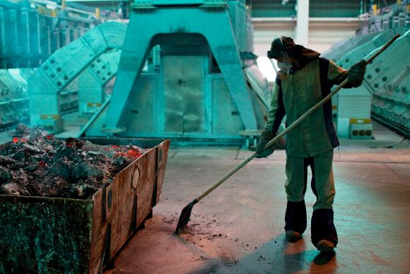 עובד במפעל אלומיניום | צילום: SPUTNIK / SCIENCE PHOTO LIBRARY