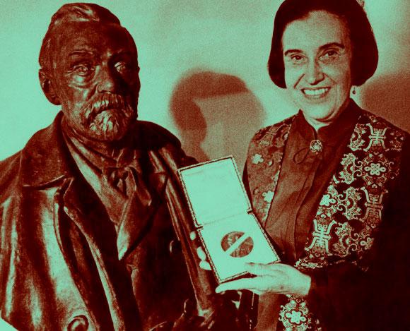 יאלו עם מדליית פרס נובל ליד פסלו של אלפרד נובל | מקור: EMILIO SEGRE VISUAL ARCHIVES / AMERICAN INSTITUTE OF PHYSICS / SCIENCE PHOTO LIBRARY