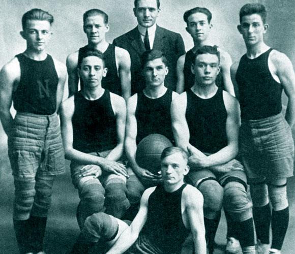 ספורטאי מצטיין. האבל כמאמן קבוצת הכדורסל של תיכון בקנטקי ב-1914 | מקור: Science Photo Library
