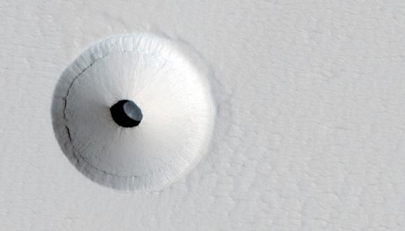 מה נגלה אם נרד למטה? צילום לוויין של לוע הר הגעש Pavonis במאדים | צילום: JPL / UNIVERSITY OF ARIZONA / NASA / SCIENCE PHOTO LIBRARY