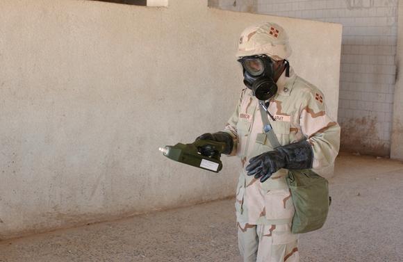 חייל אמריקאי בסריקות אחר חומרי לחימה ביולוגיים וכימיים בתיכרית שבעיראק, 2003 | צילום: HHC 4TH INFANTRY DIVISION / SCIENCE PHOTO LIBRARY
