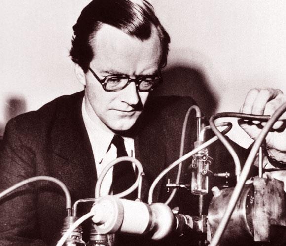 מוריס וילקינס עם מכשיר קרני רנטגן במעבדתו | National Library of Medicine, SPL