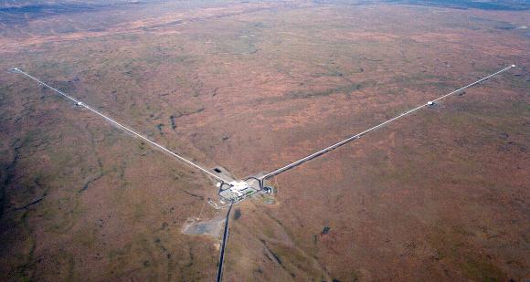 השקעה של מאות מיליוני דולרים. צילום אוויר של גלאי LIGO במדינת וושינגטון | מקור: Science Photo Library
