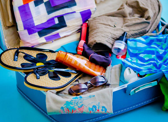 לא לשכוח לארוז קרם הגנה. מזוודה עם ציוד לחופשה | מקור: Photo Science Library