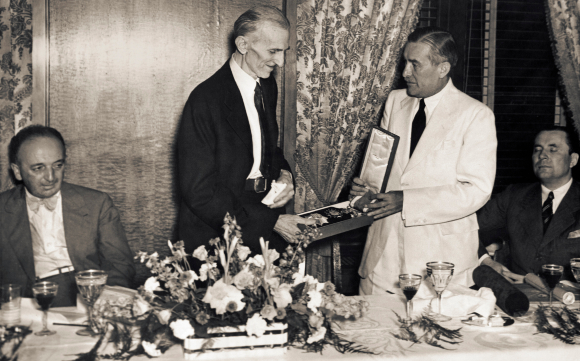 נשאר בתודעה בציבורית. טסלה מקבל בניו יורק אות כבוד מצ'כוסלובקיה, 1937 | מקור: NIKOLA TESLA MUSEUM / SCIENCE PHOTO LIBRARY