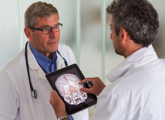 רופאים מתייעצים עם טאבלט