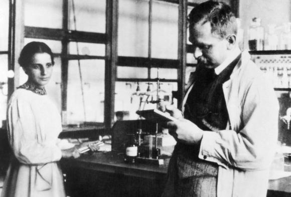לא הסתדר בלעדיה. אוטו האן וליזה מייטנר בתחילת דרכם המשותפת ב-1913 | מקור: SMITHSONIAN INSTITUTION / SCIENCE PHOTO LIBRARY