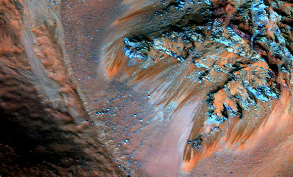 מים עונתיים על אמדים: חוקרים מעריכים כי הפסים הכהים בצילום הלוויין נוצרים מהפשרת קרח בקיץ | מקור: NASA / JPL-CALTECH / UNIVERSITY OF ARIZONA
