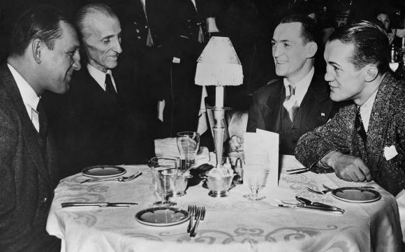 טסלה (שני משמאל) סועד במלונו בניו יורק עם האחים זיביץ', מתאגרפים מקרואטיה, 1940 | NIKOLA TESLA MUSEUM / SCIENCE PHOTO LIBRARY