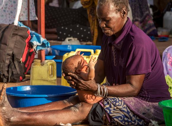 לא מספיק שהסבתא תהיה בחיים, היא צריכה להיות מעורבת בחיי הנכדים כדי להשפיע | צילום: Science Photo Library