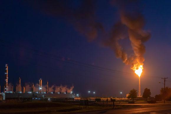 שריפת גז במפעל כימיקלים | צילום: Jim West/Science Photo Library