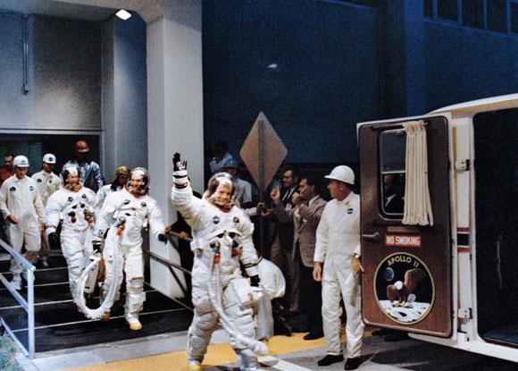 זרים מיודדים, לא חברים בלב ובנפש. ארמסטרונג, קולינס ואולדרין בדרך לטיל השיגור | צילום: NASA