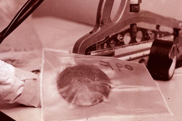 מיוצר מאורניום בכורים גרעיניים. פלוטוניום בשקית | צילום: Hagley Museum and Archive / Science Photo Library