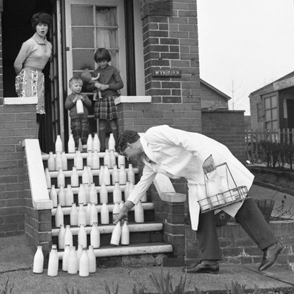 למרות היסטוריה של צריכת חלב? בקבוקי חלב על מדרגות בית בבריטניה, פרסומת לחלוקת חלב | Worldwide Photography, Heritage Images, SPL