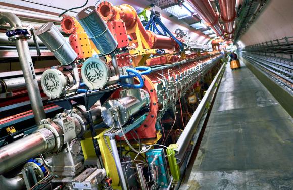 דרושה אנרגיה רבה כדי להתגבר על כוחות הדחייה החשמלית בין גרעינים. מאיץ הסיכנרוטרון ב-CERN | מקור: Science Photo Library