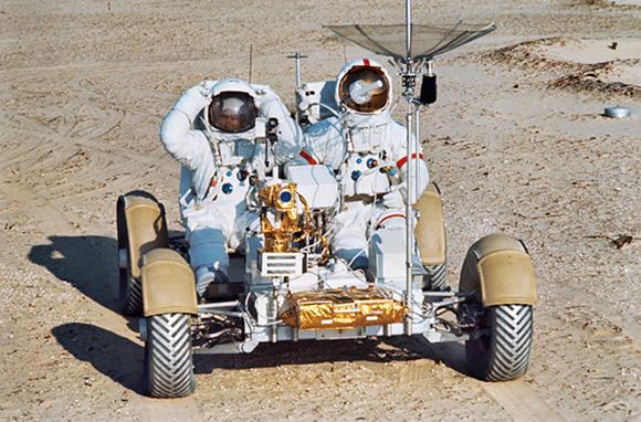 היו גם כלי רכב לאימון על כדור הארץ, שהיו מסוגלים לשאת משקל כבד בהרבה. סקוט (מימין) ואירווין ברכב האימונים | צילום:  NASA / SCIENCE PHOTO LIBRARY