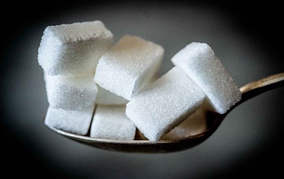 סוכרת מסוג 2 היא מחלה שאפשר למנוע במידה רבה באמצעות מעבר לאורח חיים בריא ומאוזן. קוביות סוכר | צילום: Shutterstock