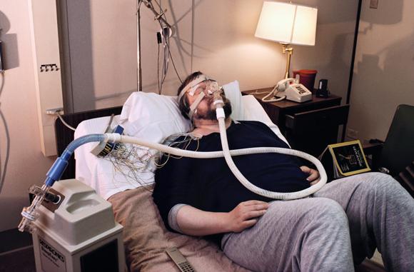 אדם הסובל מדום נשימה חסימתי מחובר למכשיר במהלך ניסוי | צילום:  PETER MENZEL / SCIENCE PHOTO LIBRARY