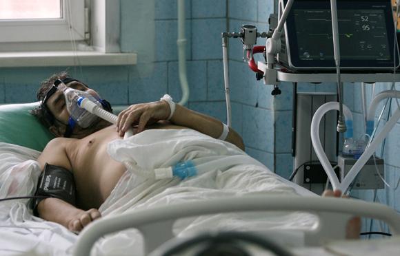 חולה קורונה מאושפז בטיפול נמרץ | צילום: SPUTNIK / SCIENCE PHOTO LIBRARY