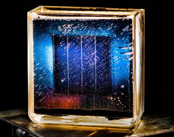 פירוק מים באמצעות חשמל המתקבל מאנרגייה. סולרית. צילום: DENNIS SCHROEDER / NREL / US DEPARTMENT OF ENERGY / SCIENCE PHOTO LIBRARY