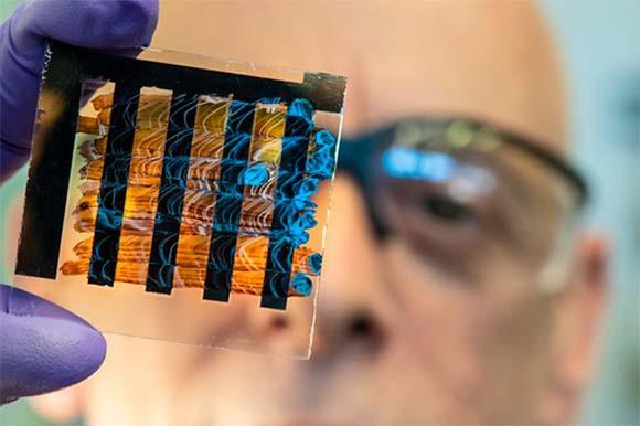 מדען מחזיק פאנל סולרי עשוי מפרובסקיט   Dennis Schroeder, NREL, US Department of Energy, Science Photo Library