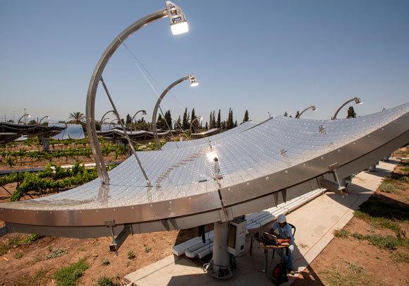 קולטי שמש מתקדמים בתחנת כוח סולרית ליד קרית גת | צילום: MARCO ANSALONI / SCIENCE PHOTO LIBRARY