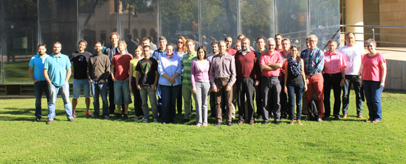 מאמץ רב-לאומי. אביב אופיר (במרכז, בחולצת פסים), עם צוות CARMENES בכינוס בברצלונה | צילום באדיבותו