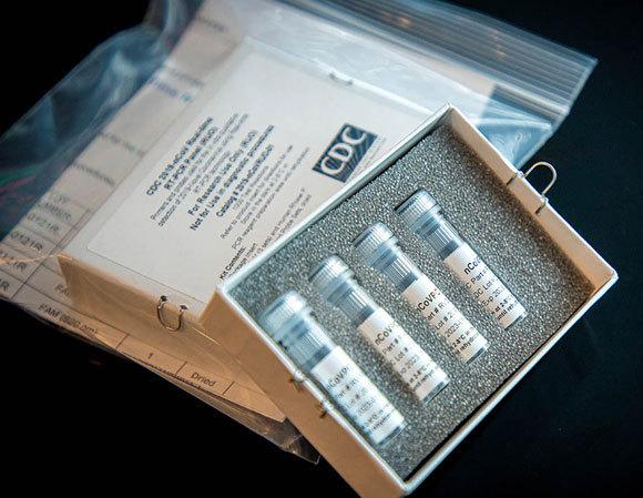 ערכה לבדיקת קורונה של המרכז האמריקאי לבקרת מחלות (CDC), המכיל מגוון ריאגנטים. מקור: CDC, נחלת הכלל