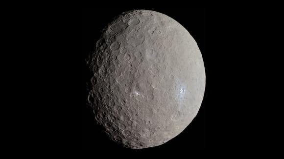 בצילום של החללית Dawn רואים את הכתמים הלבנים הבוהקים | מקור: NASA / JPL-Caltech / UCLA / MPS / DLR / IDA / Justin Cowart