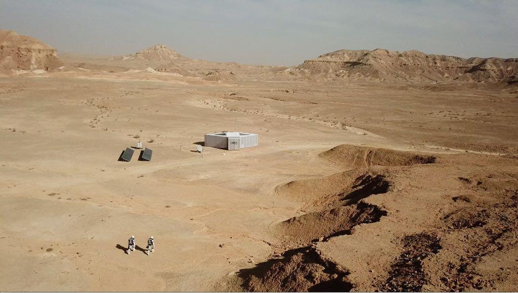 מתחם המגורים ושני רמונאוטים בהדמיה הראשונה במכתש רמון, פברואר 2018 | צילום: D-MARSשירותי הדמיה