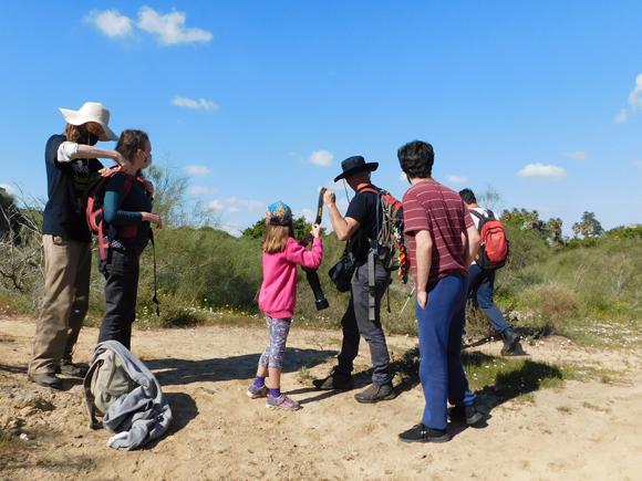 מתנדבים מתכוננים להשתתף בסקר טבע לחקר מגוון המינים | צילום: איגור ארמיאץ'-שטיינפרס